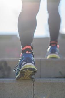 Piedi del corridore dell'atleta che corrono in natura, primo piano sulla scarpa.