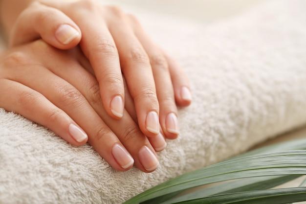 Piedi e mani nudi. concetto di pedicure e manicure