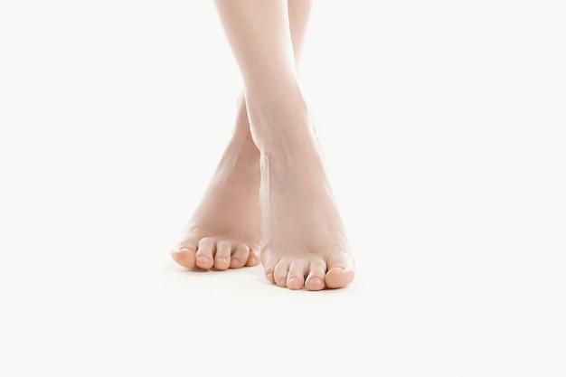 Piedi femminili nudi, concetto di cura del corpo della pelle