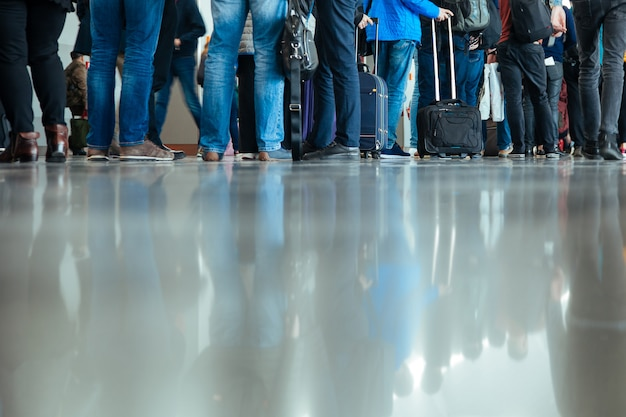 Piedi gambe piedi sbarco sbarco bagagli bagaglio persone terminal dell'aeroporto viaggi partenza nether man molte riflessioni piano