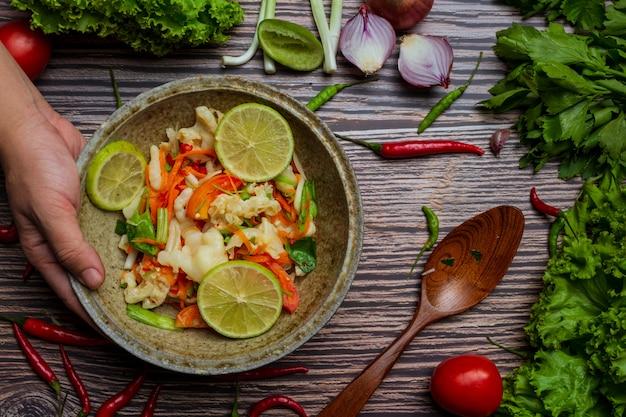 Piedi misti di pollo e verdura, insalata piccante tailandese.