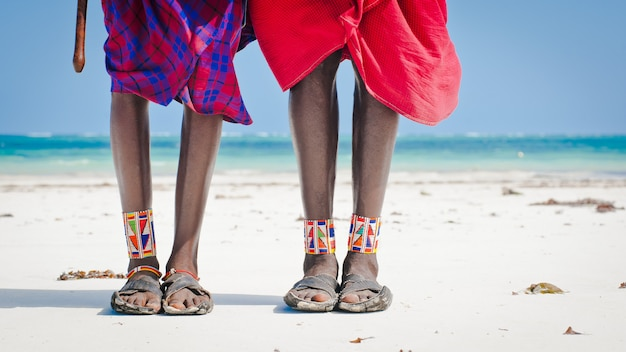 Piedi uomini della tribù masai
