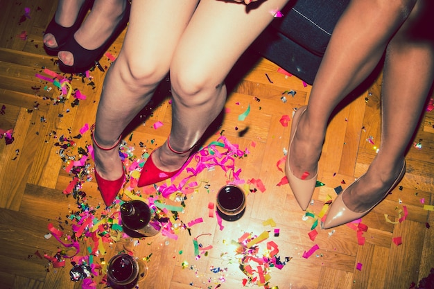 Piedini femminili alla festa