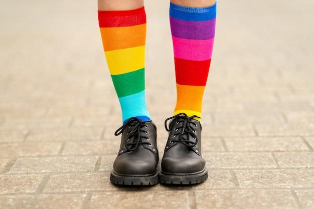 Piedini femminili in calze arcobaleno lgbt