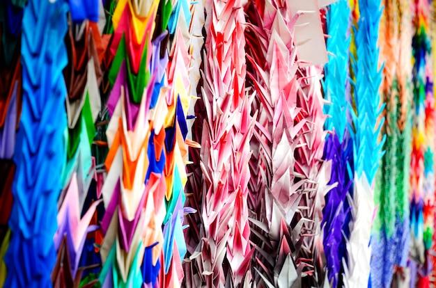 Piega di carta colorata senba-zuru, origami di orizuru o crane.