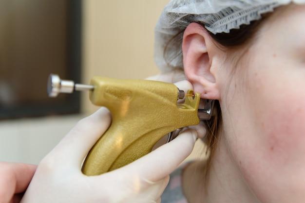 Piercing all'orecchio al piercing.