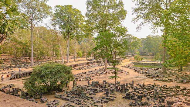 Pietra antica e parco davanti al castello di pietra antico di angkor wat angkor thom.