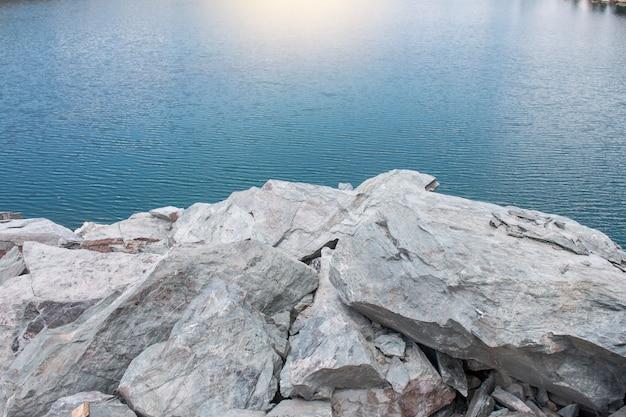 Pietra con lago con la luce del sole