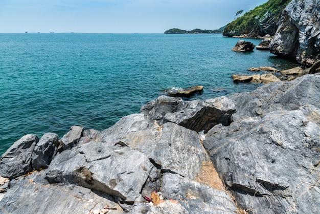 Pietra in mare e onda in mattinata con lunga esposizione al distretto di ko sichang, chonburi