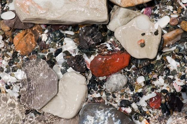 Pietre colorate e ciottoli lungo il litorale in costa rica