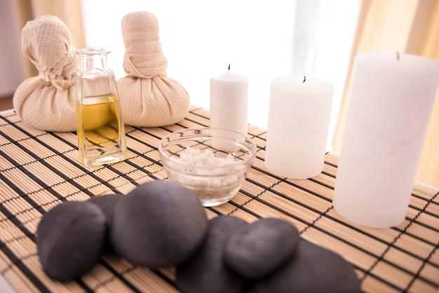 Pietre di basalto zen, olio termale e sale marino.