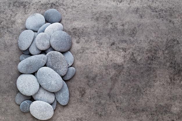Pietre di massaggio termale su sfondo grigio