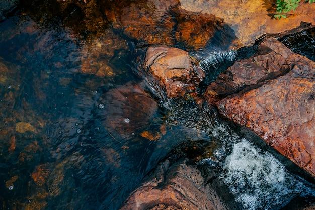 Pietre lisce in primo piano dell'acqua di fonte.