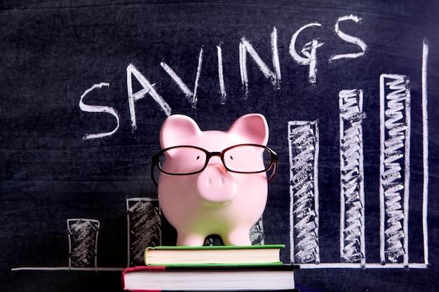 Piggy bank con grafico di risparmio