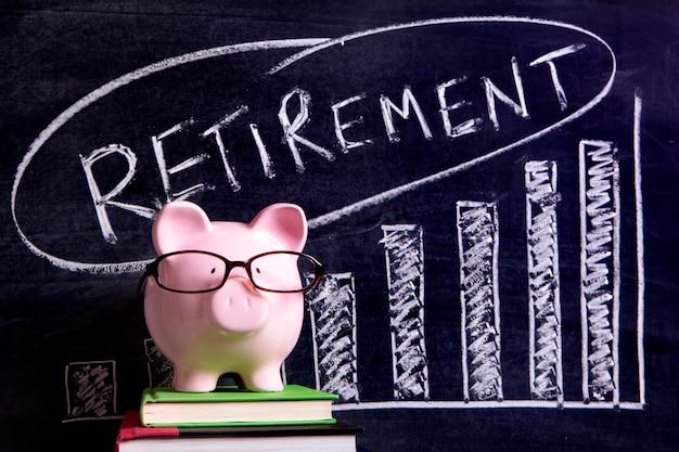 Piggy bank con messaggio di risparmio di pensione