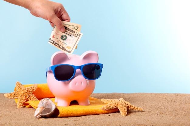 Piggy bank in vacanza al mare