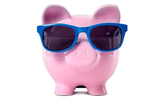 Piggy bank indossando occhiali da sole blu