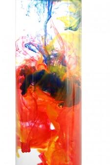 Pigmenti colorati nell'acqua che formano nuvole
