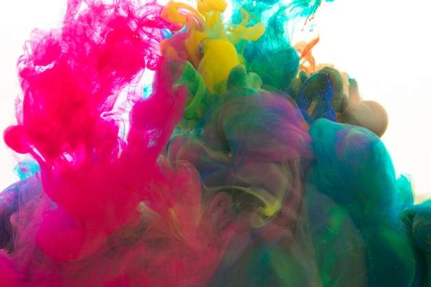 Pigmenti luminosi che si mescolano in acqua