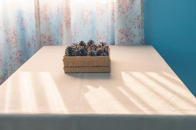 Pigne di brown sulla tavola bianca con luce solare nella mattina di estate