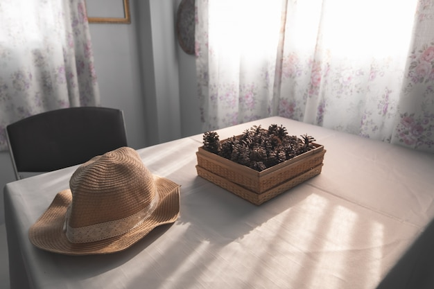 Pigne di brown sulla tavola bianca
