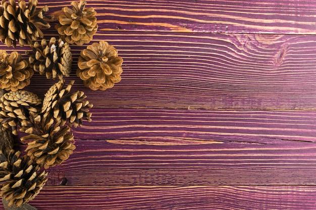Pigne su uno sfondo di legno con copyspace