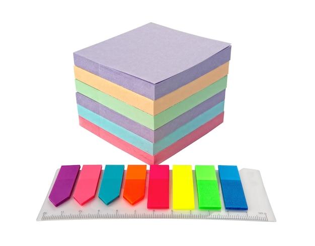 Pila blocco colorato di post note e adesivi con un righello, primo piano