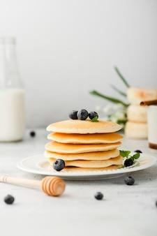 Pila del piatto di pancake con i mirtilli rossi