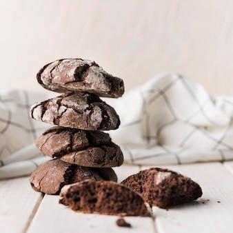 Pila del primo piano di biscotti casalinghi del cioccolato