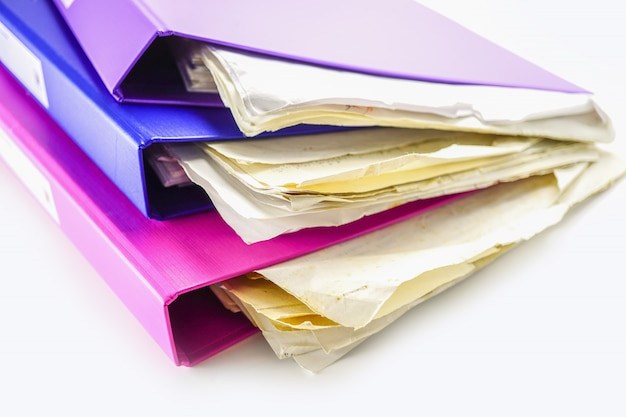 Pila del raccoglitore della cartella di file di multi colore sulla tavola in ufficio.