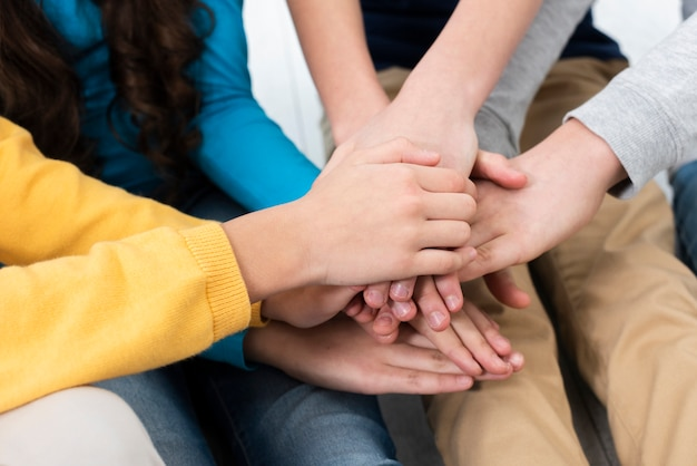 Pila delle mani dei bambini del primo piano