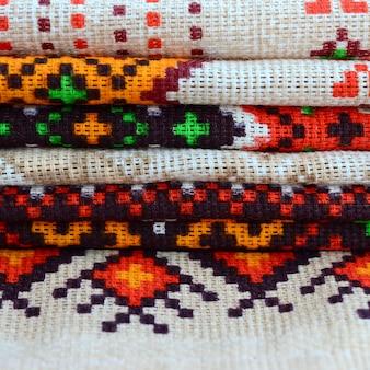 Pila di arte popolare ucraina tradizionale tricottato ricami su tessuto