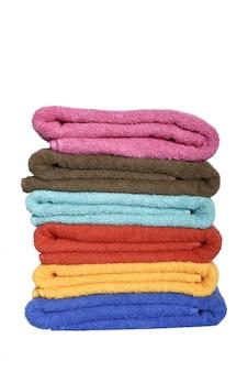 Pila di asciugamani colorati piegati