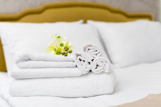 Pila di asciugamani con decorazioni floreali in una camera d'albergo