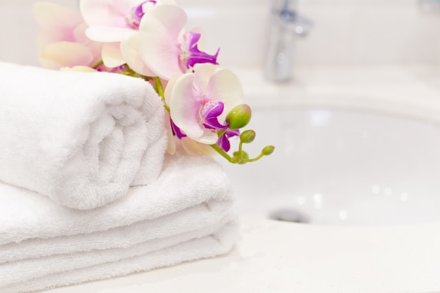 Pila di asciugamani con decorazioni floreali in una stanza d'albergo