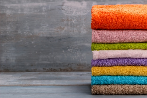 Pila di asciugamani da bagno colorati