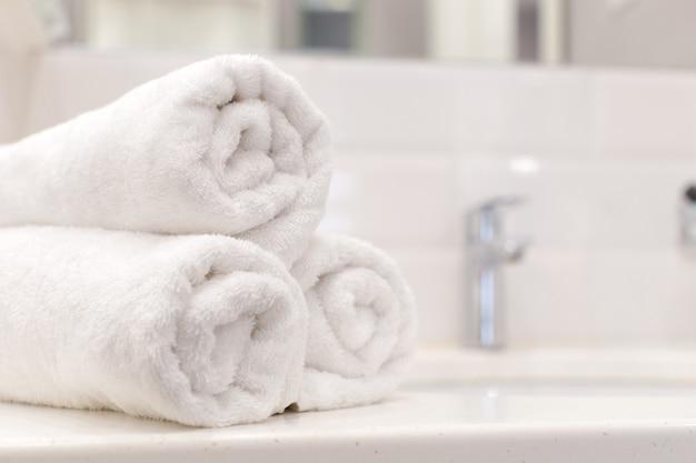 Pila di asciugamani da bagno su sfondo chiaro