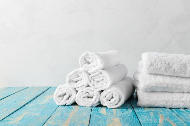 Pila di asciugamani da bagno sul tavolo di legno
