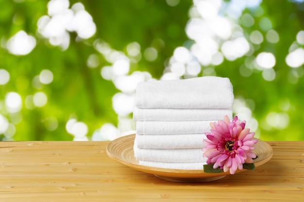 Pila di asciugamani da bagno