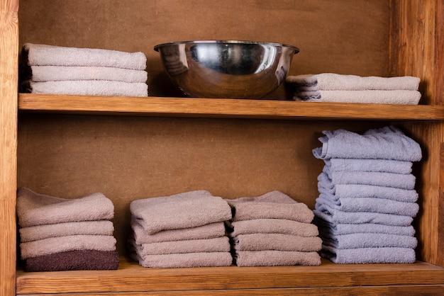 Pila di asciugamani di vista frontale nel negozio di barbiere