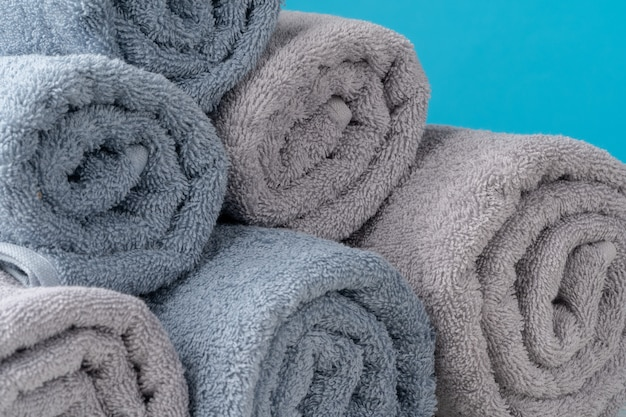 Pila di asciugamani rotolati su una tavola di legno