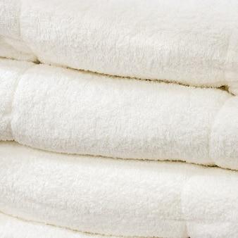 Pila di asciugamano bianco.