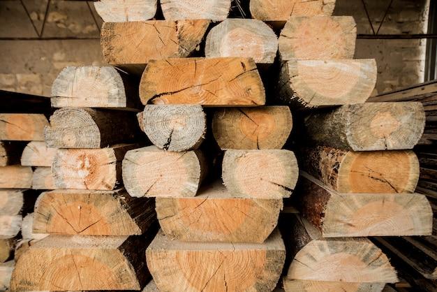 Pila di assi di legno grezzi naturali. tavole di legno, legname, legno industriale.