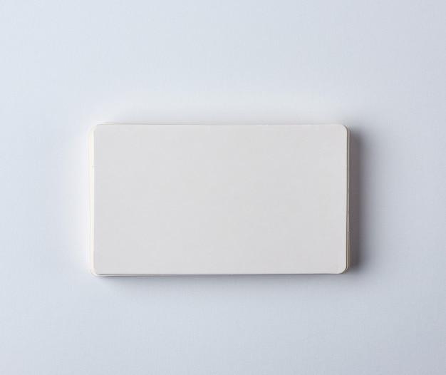 Pila di biglietti da visita bianchi di carta rettangolare bianca
