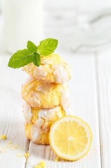 Pila di biscotti al limone incrinato