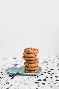 Pila di biscotti con gocce di cioccolato sul piatto a forma di ananas