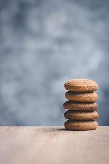 Pila di biscotti di burro su fondo blu con lo spazio della copia.