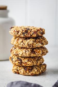 Pila di biscotti di farina d'avena con date. concetto di dessert sano.