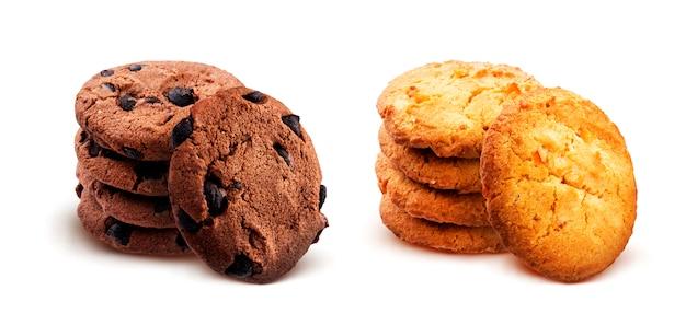 Pila di biscotti di farina d'avena su superficie bianca