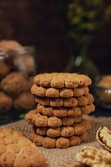 Pila di biscotti dolci su tessuto di tela